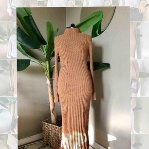 Suuuuupersnygg klänning från H&M! Oanvänd.  Köparen står för frakt💕