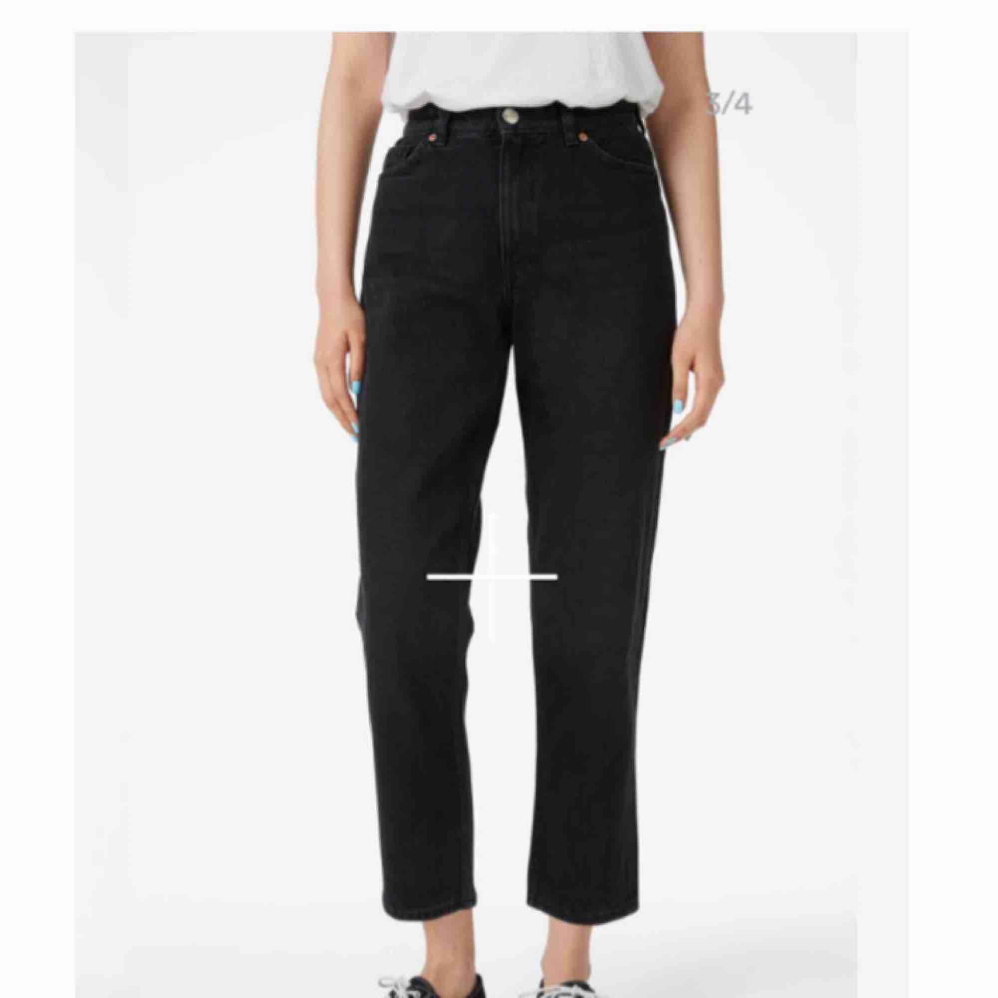 Mom jeans från monki, modellen heter taiki. Sparsamt använda och nypris 400 🌷 . Jeans & Byxor.