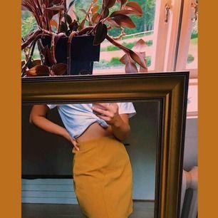 Gul kjol från Bik Bok. Jag står för frakten!