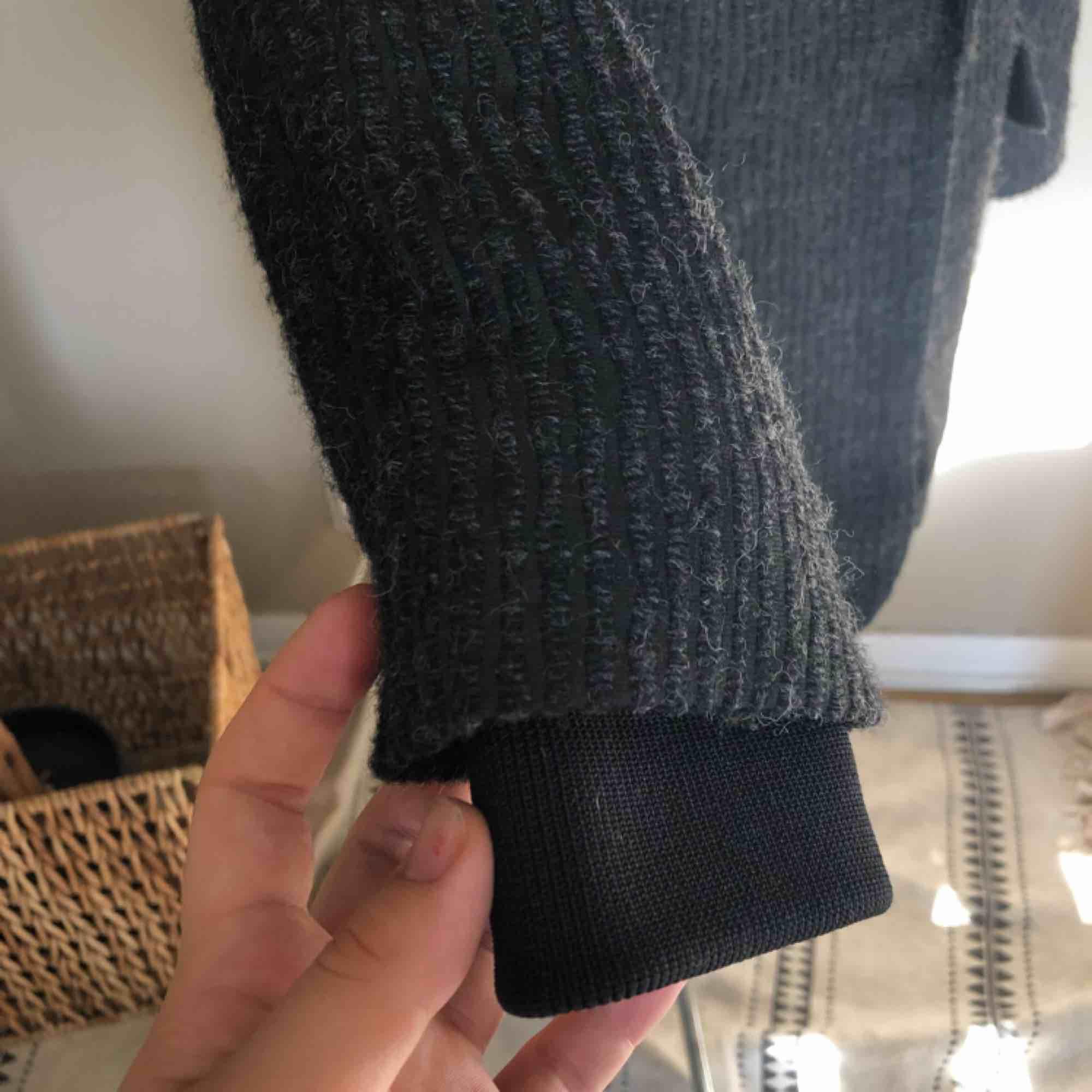 Oanvänd kavaj i ullblandning från H&M! Den har muddar för att hålla kylan borta under vintern, men de kan vikas upp så syns d ej! Den är gjord i oversize-modell så passar d flesta, men det som står i är strl 36!. Kostymer.