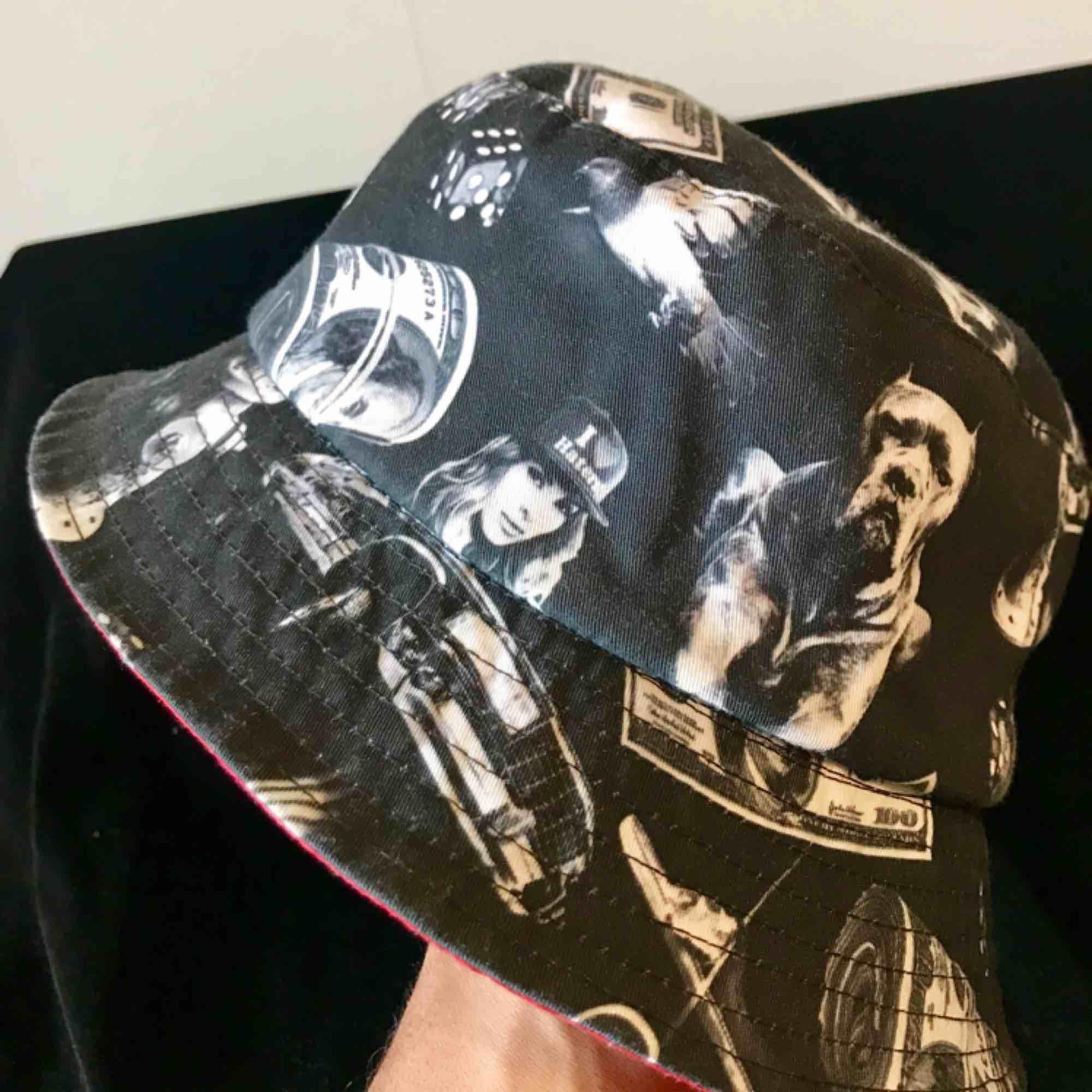 En Bucket-hat man kan vända ut och in för ändrat mönster :)  . Accessoarer.