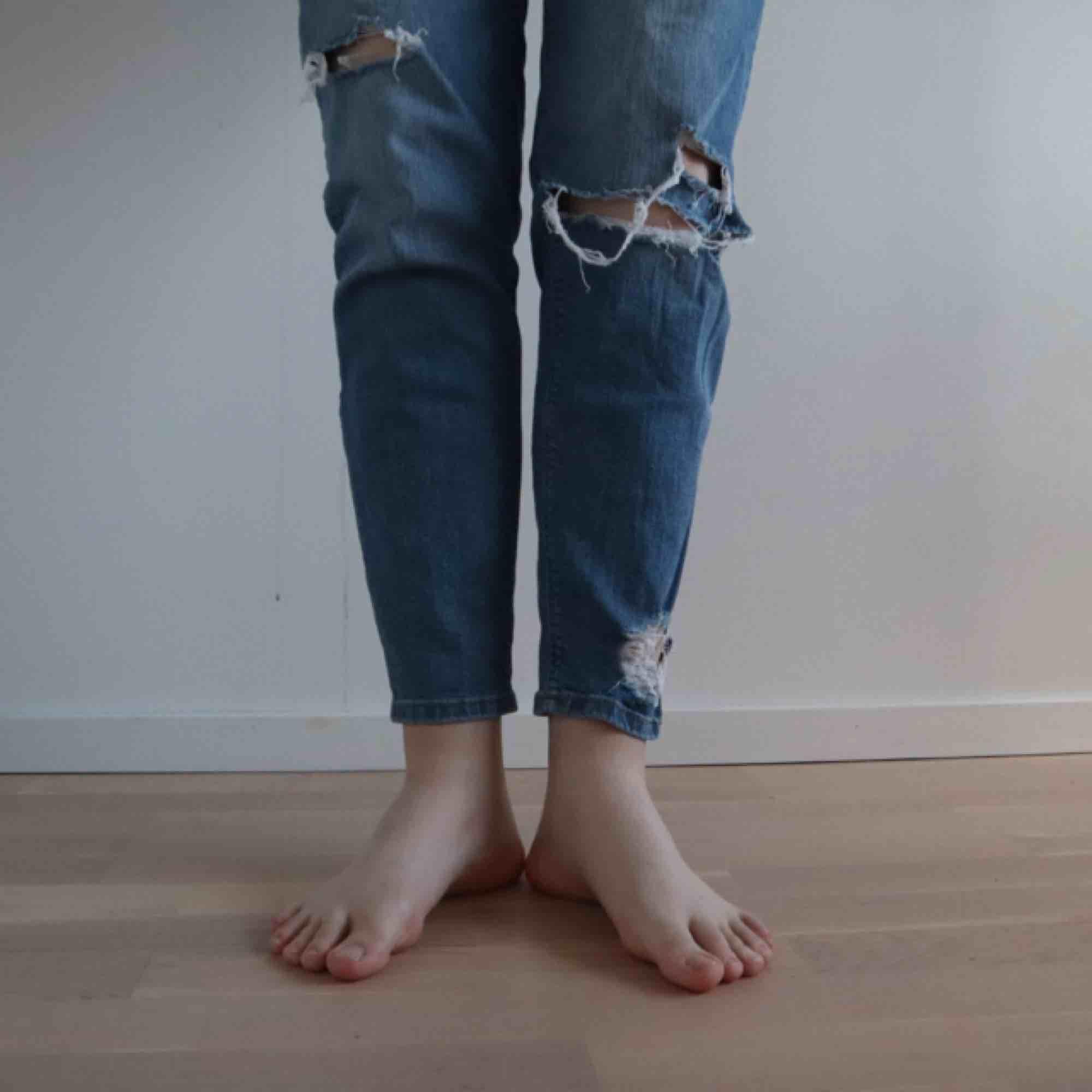 Håliga mid-rise mom jeans. Jätte bekväma :)   🛒 kan möttas i Helsingborg. Frakt är inte säkert. . Jeans & Byxor.