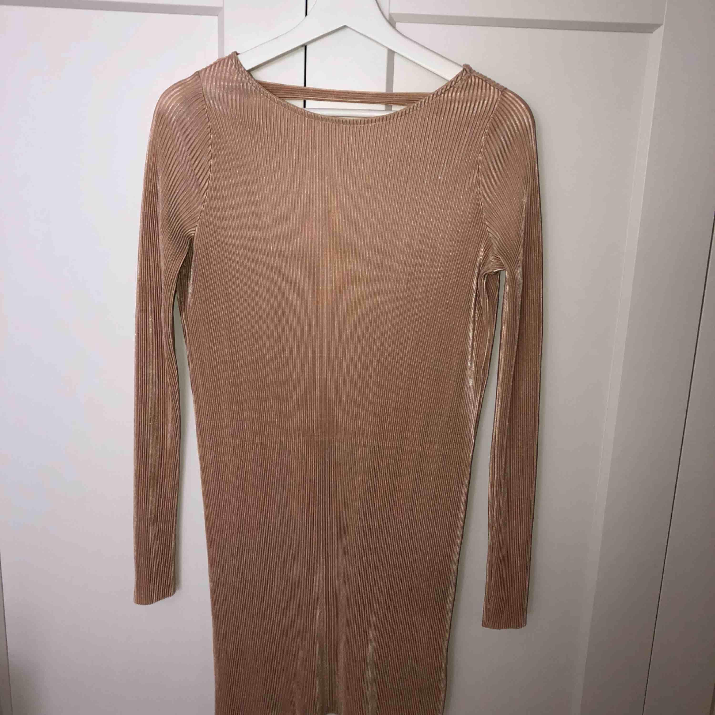 Plisserad klänning i roseguld/champagnefärgad med guldskimmer, storlek S. Använd vid ett tillfälle. Pris diskuterbart.. Klänningar.
