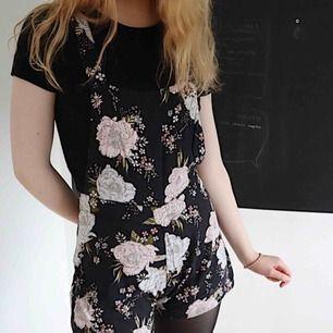 tyna svarta floral overalls. jätte söta för sommaren och jätte bekväma att ha på sig när det är värmt. 🛒 kan möttas i Helsingborg. Frakt är inte säkert.