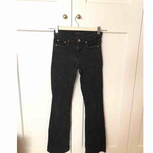 Svarta jeans i modellen flare (lite smått utsvängda).