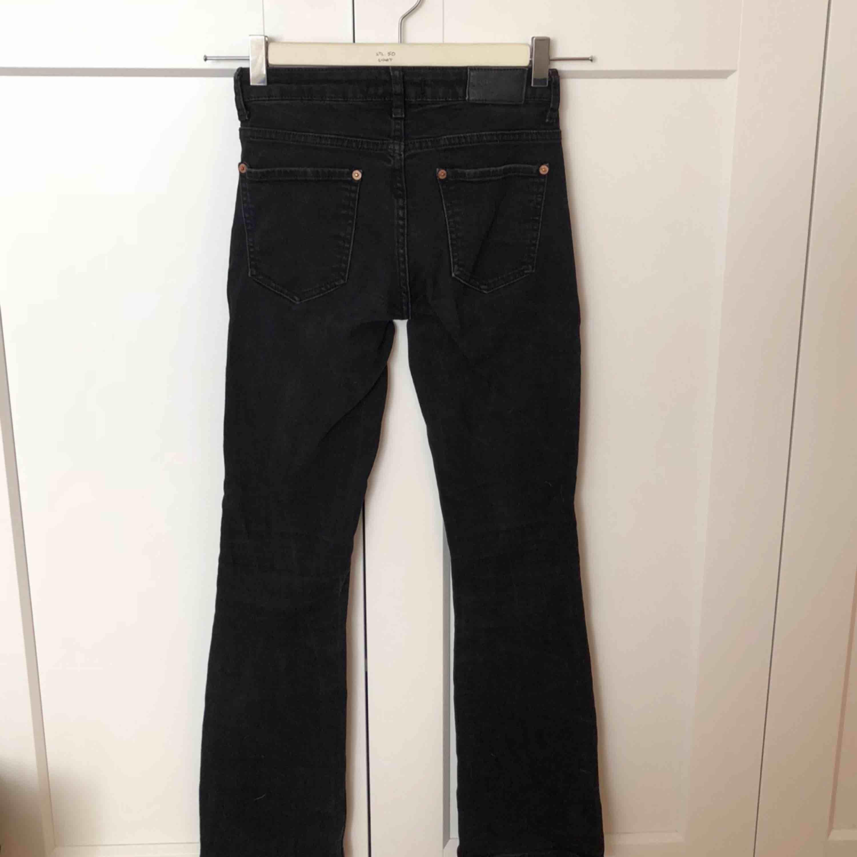 Svarta jeans i modellen flare (lite smått utsvängda). . Jeans & Byxor.