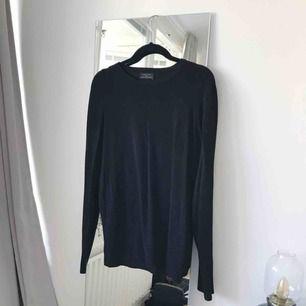 Superskönt tunt stickad tröja från Zara Man i storlek L. Perfekt som lite oversize boyfriend tröja nu på sommarkvällarna. Frakt ingår!