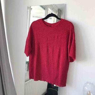 Röd T-shirt från Gina Tricot i storlek M. Frakt ingår!