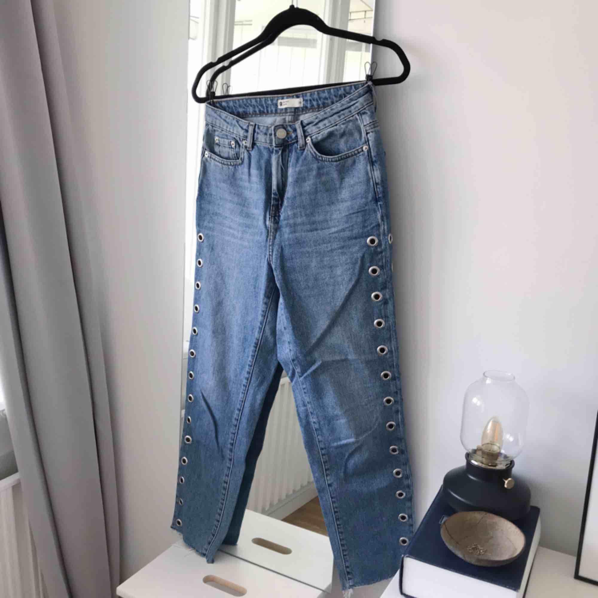 Mom jeans från Gina Tricot med öljetter på sidorna. Riktigt snygga! Frakt ingår. Storlek 36.. Jeans & Byxor.