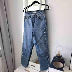 Mom jeans från Gina Tricot med öljetter på sidorna. Riktigt snygga! Frakt ingår. Storlek 36.