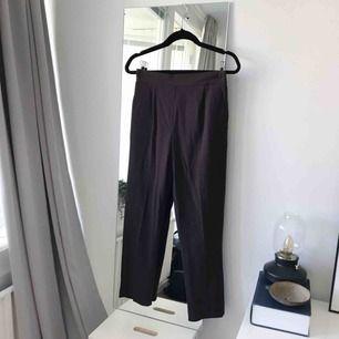 Mörkbruna rutiga byxor från H&M i storlek 36. Frakt ingår!