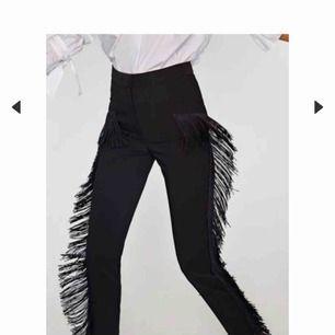 Svarta byxor med fransar från Zara, kostat 400. Helt nya. Finns att hämta i göteborg samt Mölndal annars står köpare för frakt
