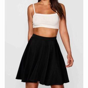 Säljer denna kjol då den aldrig är använd, lappen är kvar💜säljer en likadan i gul också. Billig