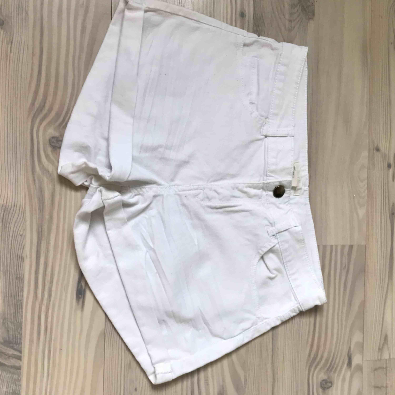 Vita jeansshorts . Shorts.