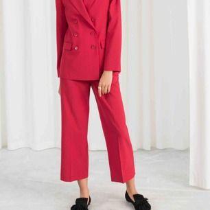 Röda kostymbyxor från & Other stories, så fina men passar tyvärr inte mig. Lite kortare i modellen så perfekt för sommaren. Använda en gång, nypris 900 kr. Har egna bilder hur de sitter på som jag kan skicka vid intresse❤️