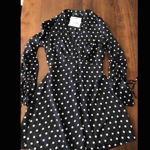 Ny kort figurnära polkadot klänning från Nelly, den är jätte snygg och i bra skick, men tyvärr så är den för liten på mig. Den har aldrig använts. KÖPAREN STÅR FÖR FRAKT
