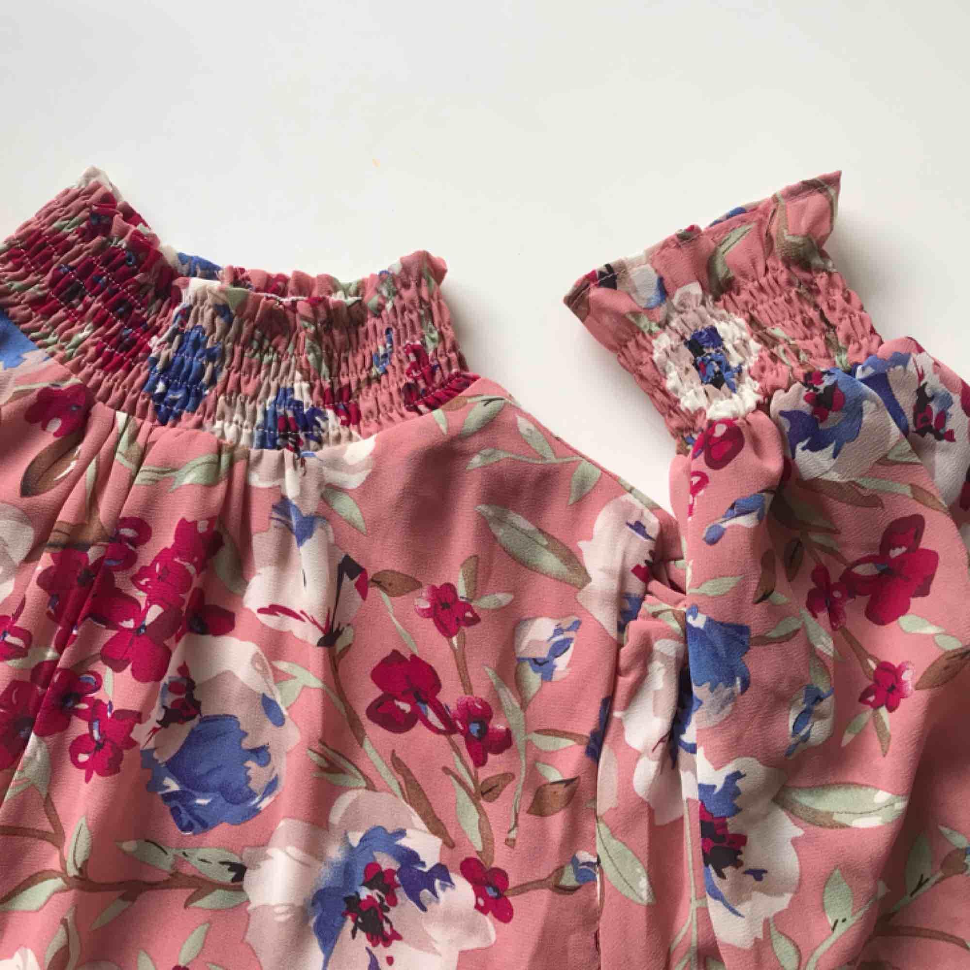 Superfin klänning, aldrig använd pga för stor för mig, Frakt ingår i priset! . Klänningar.