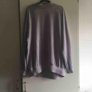 Pastell lila tröja från monki. Står att det är en S men funkar även som en M då den är stor