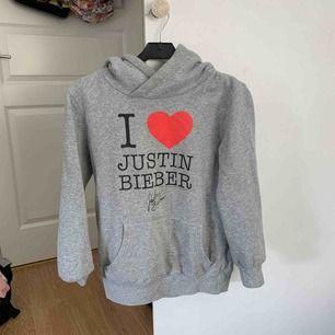Justin Bieber hoodie, passar mig med S helt ok också men ba lite korta armar:-)