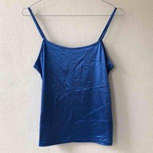 Fancy af!!! Superskönt linne som är köpt second hand. Den rätta storleken är L om linnet ska sitta tight. Som en S har jag använt det som ett lite lösare linne helt enkelt. Bandens längd kan justeras! Jag bjuder på frakten 🤑🤑🤑