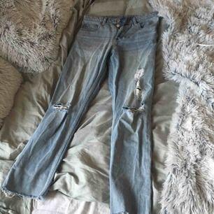 Super fina slitna midwaist slitna jeans från monki !