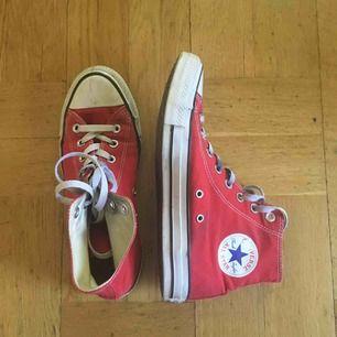 Röda Converse, relativt använda men i gott skick. Säljer för att de inte passar min stil längre. 👏🏻 Köpare står för frakt 😊