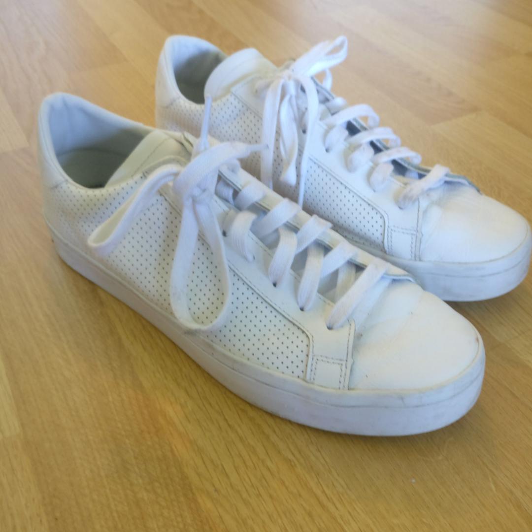 Adidasskor i storlek US 10,5. Använda fåtal gånger. Köparen står för frakt, kan också mötas i Uppsala.. Skor.