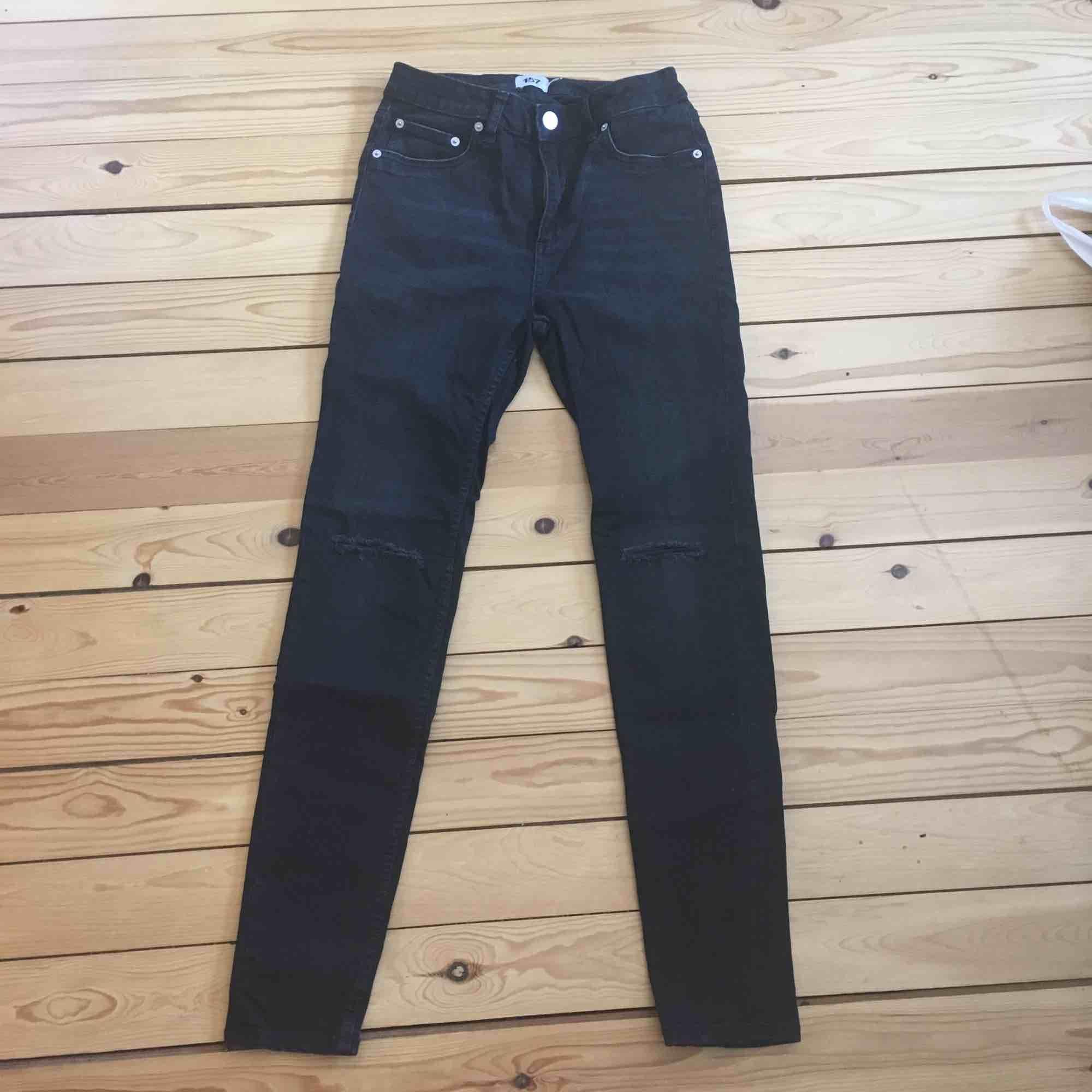 Svarta jeans med hål på båda knäna. 🌹Använda två gånger. Köpare står för frakt 😊. Jeans & Byxor.