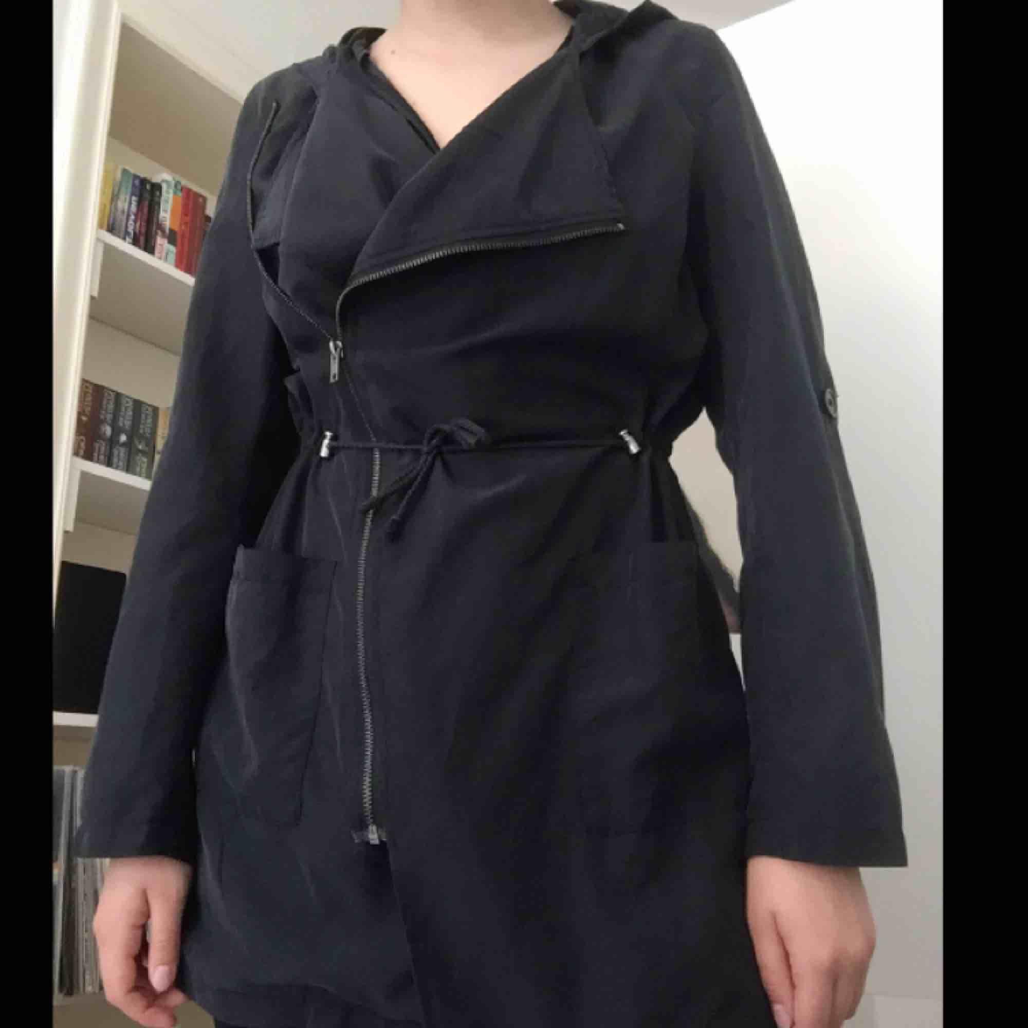 Tunn jacka från H&M, möter upp i Stockholm eller skickas då köparen betalar för frakt. Jackor.