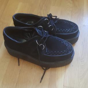 Creepers, i använt skick men väldigt fina.  Det är nån liten söm som släppt på insidan men inget som stör. Jag har själv köpt de begagnade men tyvärr så var de för stora för mig. Storleken är ca 39 hittar ingen måttangivelse i skorna. Frakt tillkommer.