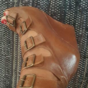 Jättefina skor ifrån Topshop med riktig vintagekänsla. Säljes då jag tyvärr aldrig använder dom. Använda men i fint skick. Frakt tillkommer.