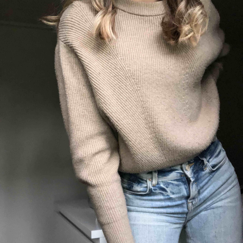 En superskön och mysig stickad tröja från zara, i princip aldrig använt den men är något nopprig  Nypris 350kr . Huvtröjor & Träningströjor.