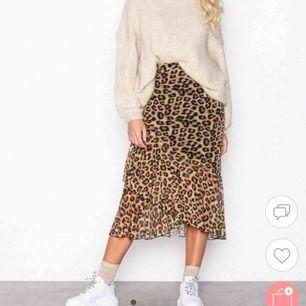 Snygg kjol från Nelly i leopardmönster! Aldrig använd, endast testad. Frakt 40kr!