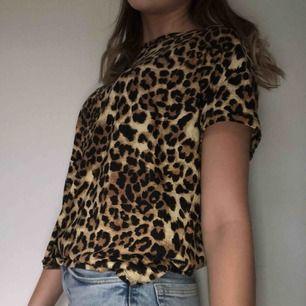 Cool Leo-mönstrad t-shirt från lager 157  Aldrig använd och helt i nyskick   Nypris: 100kr