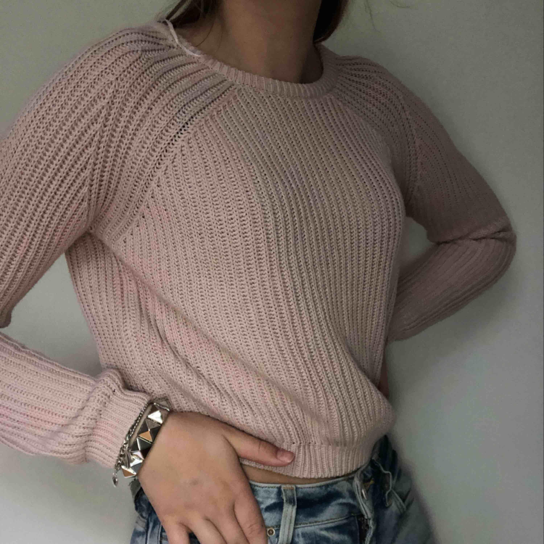 En rosa stickad tröja dom är i princip oanvänd men har tyvär fått en fläck på sig, är nästan säker på att det går bort i tvätten med lite vanish   Nypris 150kr . Stickat.