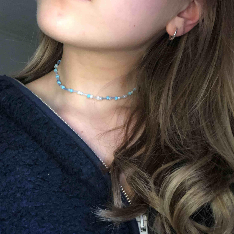 Egengjorda halsband i små fina glaspärlor, kan göra i olika färger och färgkombinationer (vit, blå, röd, rosa), kan även göra armband om så önskas   Skulle vara superkul om någon ville köpa men det tillkommer dock en fraktkostnad på 9kr . Accessoarer.