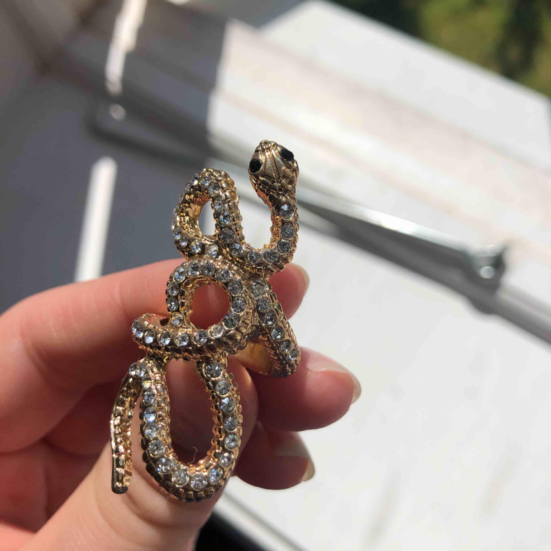 En supercool ormring i guld, aldrig använd pga att den är för liten för mig så om du vet om att du har små fingrar så skulle denna passa dig!   Nypris var omkring 200kr men vet ej märke . Accessoarer.