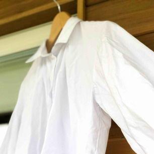 Super snygg vit skjorta från NA-KD i Stl.34 Mycket bra skick, inte använd så mycket. Nypris 200kr. Hör av dig om du är intresse!<3
