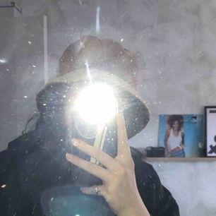 """as cool buckethat som säljes pga för liten ;(. frakt tillkommer. swish enbart. Kontakta för mer info :)) hatten e köpt här på Plick så vet inte märket. Hatten är i """"Manchester"""" liknande tyg."""