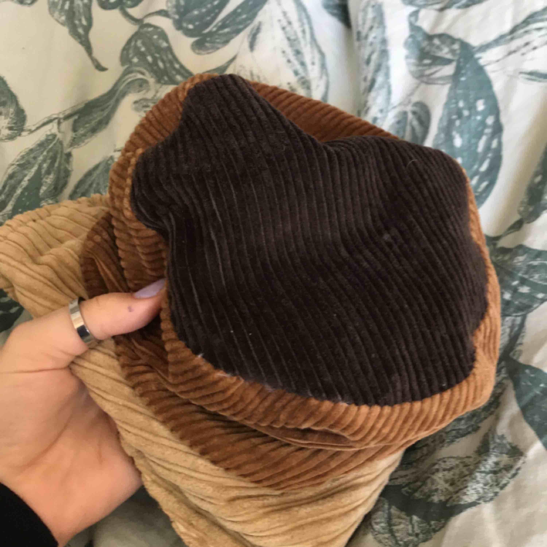 """as cool buckethat som säljes pga för liten ;(. frakt tillkommer. swish enbart. Kontakta för mer info :)) hatten e köpt här på Plick så vet inte märket. Hatten är i """"Manchester"""" liknande tyg.. Accessoarer."""