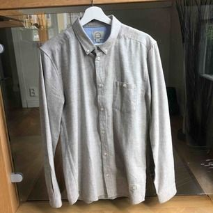 Ljusgrå flanellskjorta köpt på grandpa i Göteborg. I princip aldrig använd så i väldigt bra skick. Är stl small men passar mig som är 1.88.