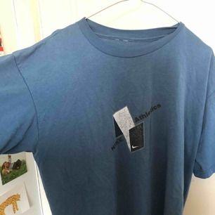 Vintage tröja från Nike, inköpt på second hand från Beyond Retro! Står ingen storlek men är i ca S-XL beroende på passform ❤️💙 va lite svårt att få med den rätta färgen på bild men den är typ smutsblå!
