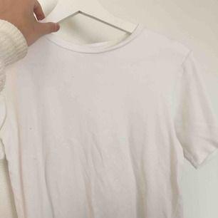 Vit t-shirt ifrån carin wester! Aldrig använd och därav i superfint skick och mjukt material, frakt ingår i priset!💌