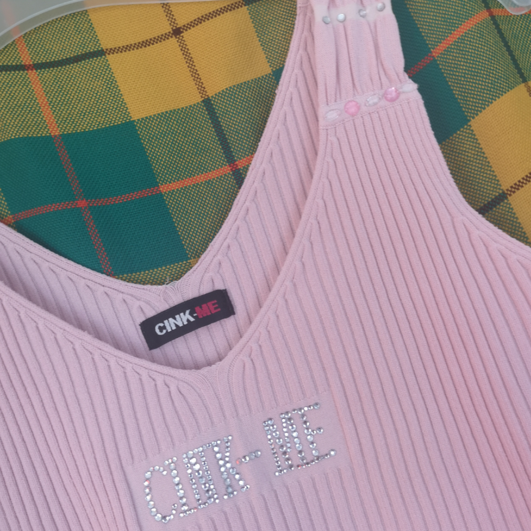 Superfint 2000-tals linne i ljusrosa ribbad tyg med rhinestone tryck fram där det står märket