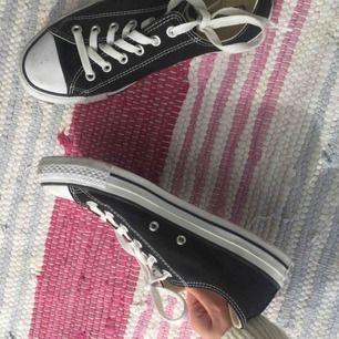 Säljer två par converse som knappt är använda, ett par låga svarta och ett par vita höga! Skosnören finns inte till de vita och kan därför släppa dem för 80, skosnören finns att köpa i butik! Frakt ingår ej i priset💌
