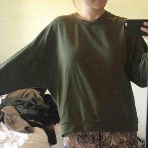 Luftig sweatshirt med större ärmar i grön färg. Skön är den! Och snålt använd. Kan mötas upp i Göteborg eller skicka mot fraktkostnad☺️🌻