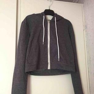 Huv tröja i nån slags mörk grå färg🌼 säljer pågrund av att den är för liten😕 ny pris: 250kr men säljer för 70kr 🌻 Frakt: 10-20kr