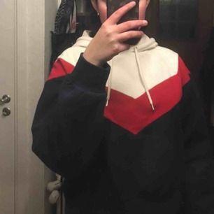 Blå, röd & vit hoodie som man bara kan ha hemma eller till vardags, använd några få gånger men precis som ny. Säljer för 100 kr med frakt :)