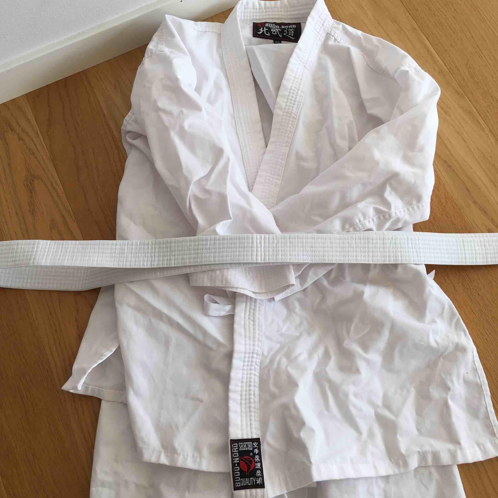 Detta är ett Karate-set. Om intresse finns för endast en del kan du ta kontakt med mig. Endast använd i 2 månader. I toppskick! För en person som är 155-170 cm lång.. Kostymer.