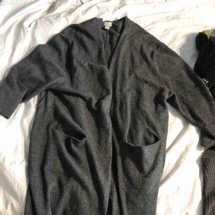 En oversize kofta i cashmere och ull! Två främre fickor och mjuk och skön i touch! 40kr frakt eller mötas upp i Stockholms innerstad ♥️🌹